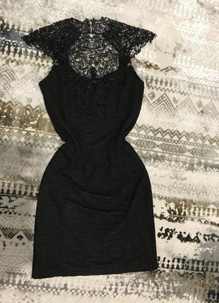 Платье мини декорировано кружевом