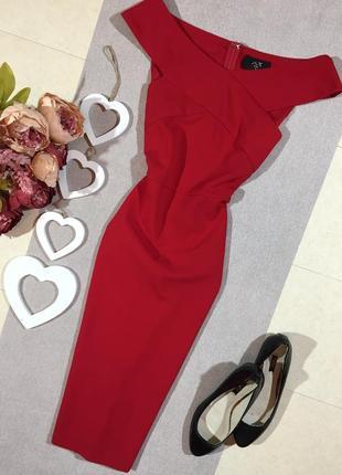 Шикарное красное платье по фигуре.