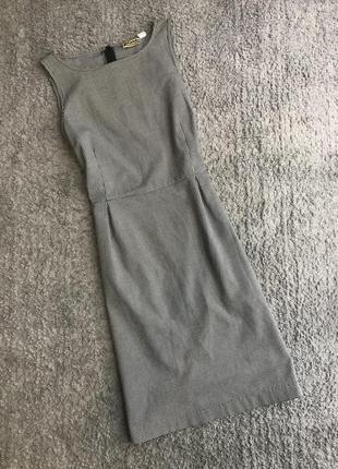 Платье в деловом стиле в клеточку без рукавов по фигуре