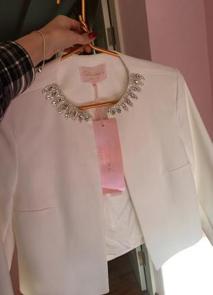 Слегка укороченый белый пиджак mango