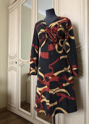Теплое шерстяное платья с ярким принтом, приталенное, зимнее