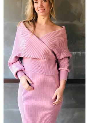 Розовый вязаный костюм с юбкой