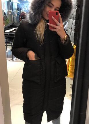 Чёрная зимняя длинная куртка с капюшоном и накладными карманами