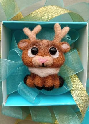 Новогодняя брошь оленёнок олень значок зимняя брошь подарок