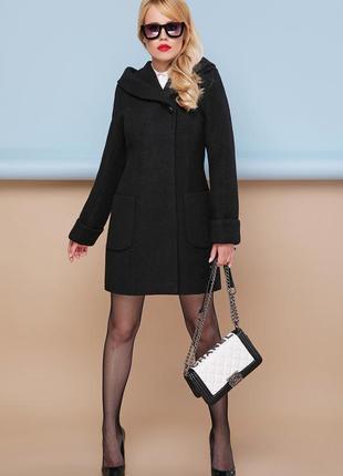 Коротке чорне пальто