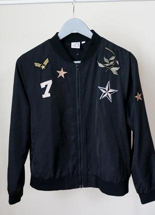 Бомбер чёрный с нашивками куртка