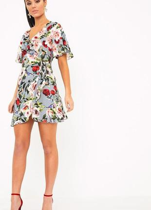 Короткое платье на запах с рюшем и цветочным принтом