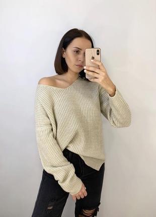 Бежевый уютный свитер с v-образным вырезом
