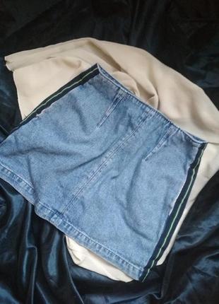 Джинсовая мини юбка с лампасами