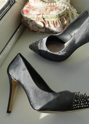Элегантные нарядные серые туфли