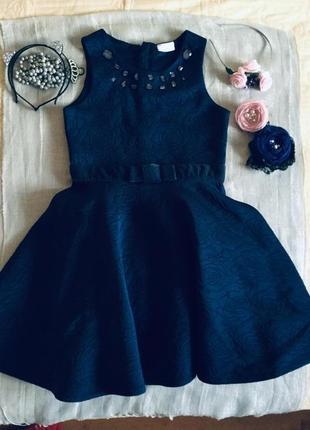 Matalan. темно- синее по всему платье выбиты розы. на талии бархатный поясок .
