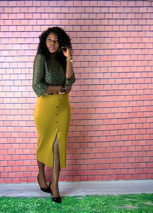 Трикотажная юбка миди с разрезом и пуговицами