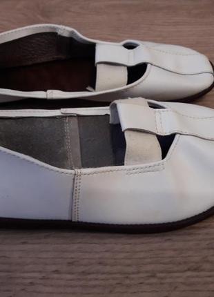 Красивые, легкие чешки кожаные белые: верх – кожа, подошва – кожа.