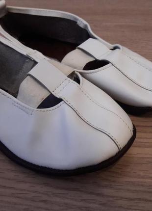 Красивые, легкие чешки кожаные белые: верх – кожа, подошва – кожа.2 фото
