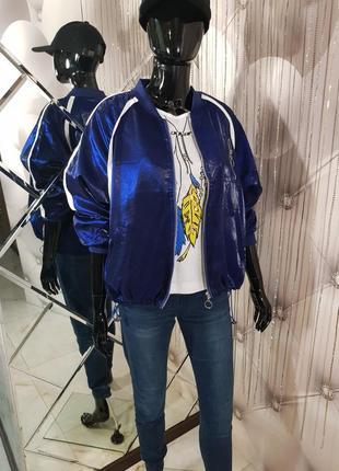 Модный женский бомбер с карманами