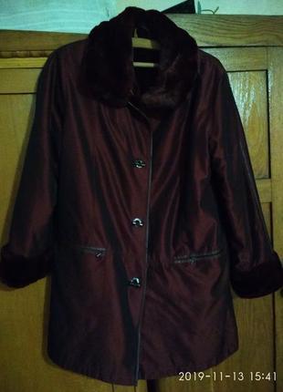 Куртка с меховым воротником и меховой подстежкой.удлиненная