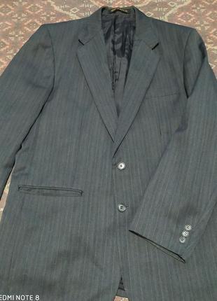 Тёмно-серый пиджак с двумя разрезами