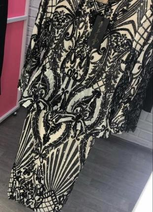 Блестящее платье в паетках с баской