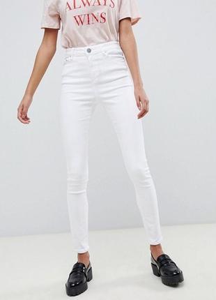 Белые джинсы - это базовая  вещь в гардеробе каждый девушки)