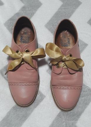 Кожаные розовые туфли-полуброги от дорогого португальского бренда