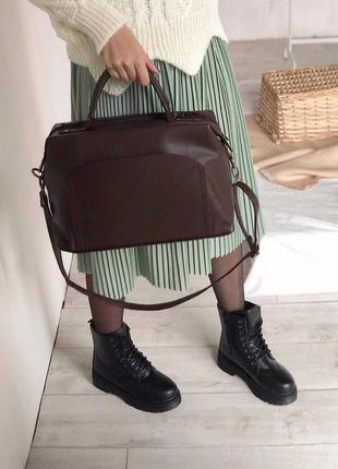 Коричневая сумка саквояж