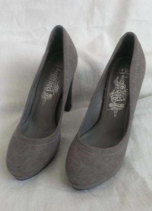 Новые серые туфли next на платформе