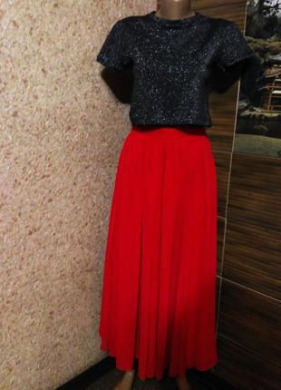 Красная шифоновая юбка.