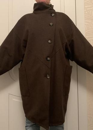 Пальто демисезонное коричневого цвета.
