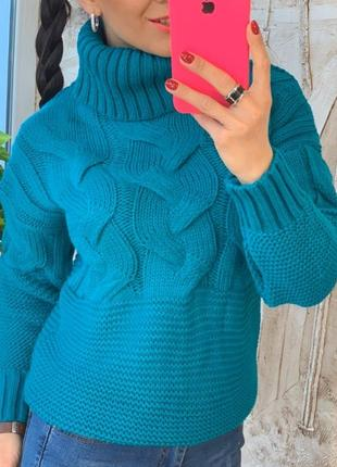 Синий свитер рельефной вязки