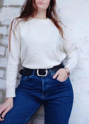 Белый молочный свитер с вырезами на плечах