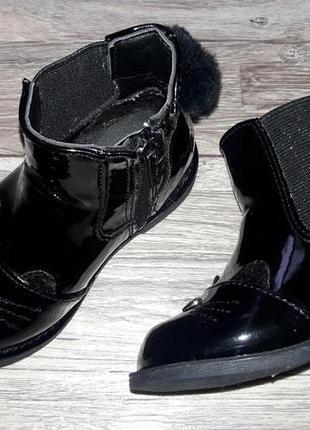 Лаковые деми ботиночки с помпоном р.22