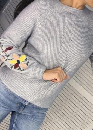 Свитер серый с вышывкой на рукаве