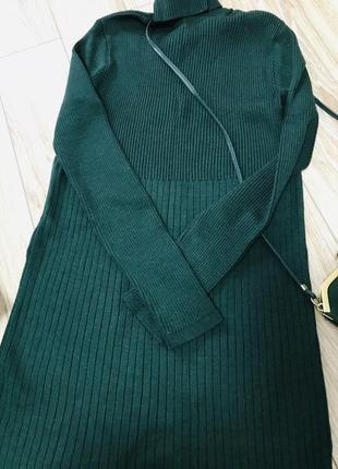 Тёмно-зелёное платье в рубчик