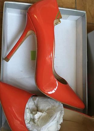 Zara кожаные лаковые туфельки р38