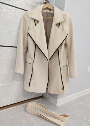 Красивое бежевое пальто косуха демисезонное плащ