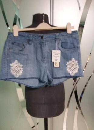 Джинсовые шорты с кружевом и стразами