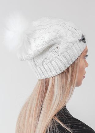 Модная шапочка с помпоном мз нат меха песец и чернобурка и стильной брошью
