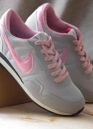 Легкие серебристые кроссовки