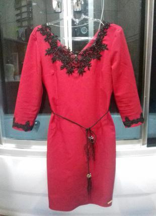 Супер сексуальное красное платье с кружевами.