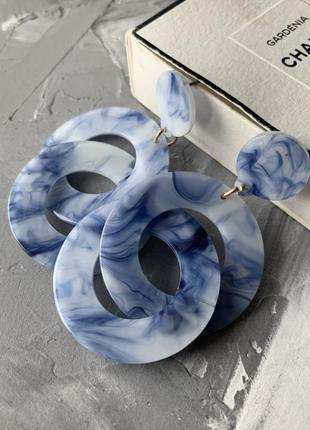 Серьги мраморные акриловые большие кольца синие в стиле 90х