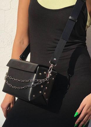 Очень красивая брутальная сумка с заклепками и цепями из плотной итальянской кожи