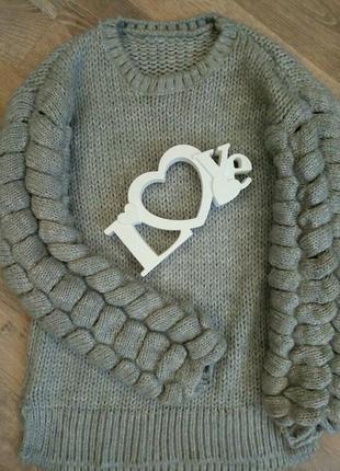 Теплый свитер крупной вязки.