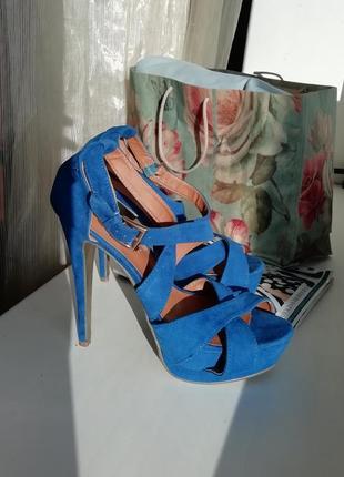 Синие замшевые модельные босоножки