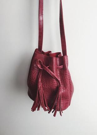 Плотная сумочка с кисточками