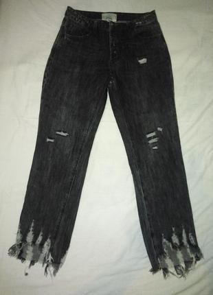 Стильные  джинсы  с высокой посадкой и оригинальным рваным низом 27 р.