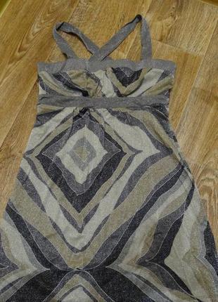 Платье в нежных серых оттенках с геометрическим рисунком и блеском