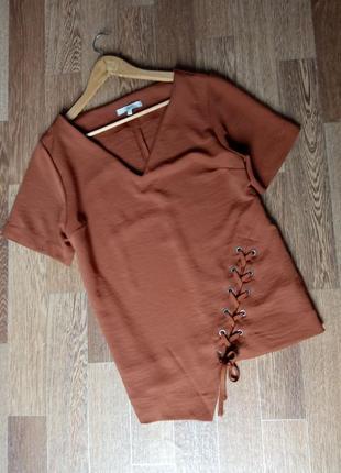 Изысканная коричневая блуза асимметричного кроя с шнуровкой