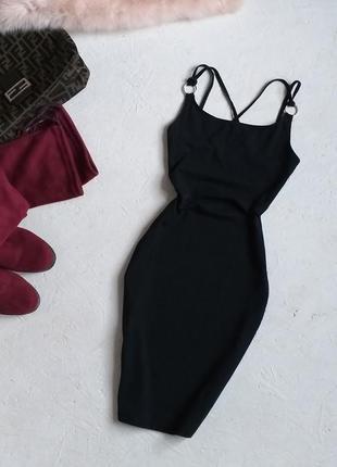 Стильное трикотажное чёрное платье с кольцом на бретелях от fb sister