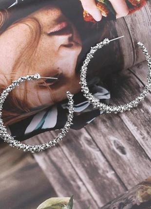 Серьги кольца серебристого цвета