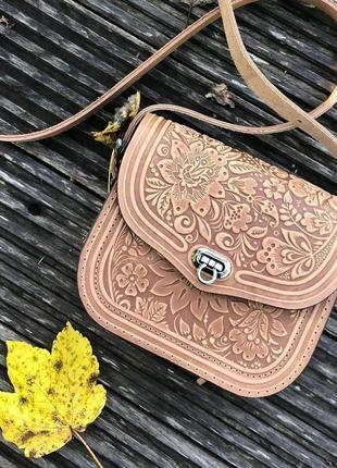 Шиканая кожаная сумочка кроссбоди с оригинальным теснением